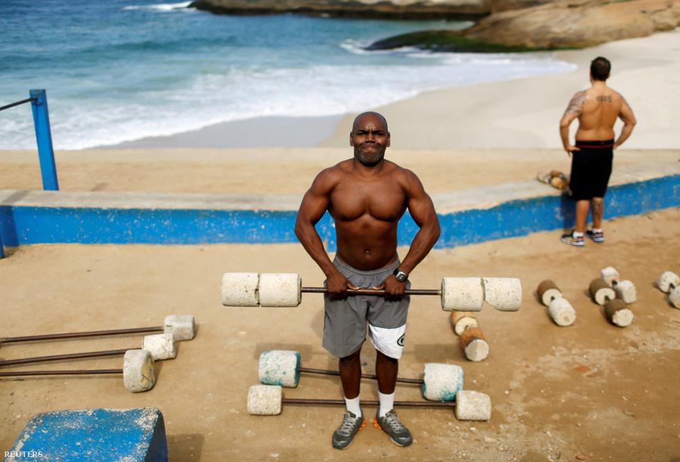 """A pultos szöges ellentéte a 46 éves Marcos Da Costa: """"Nem értek egyet azzal, hogy olimpiát rendezünk, miközben a riói emberek szenvednek az utcai erőszak, a rossz egészségügyi rendszer, a bizonytalanság és a folyamatos építkezések miatt."""" Ráadásul az építkezések közül egyesek kifejezetten elbaltázottak, mint az áprilisban összedőlt bicikliút, amely két embert temetett maga alá - panaszkodik a férfi.Da Costa szinte mindent kimerítő felsorolást ad a brazíliai és riói problémákról, amelyeket az olimpiát beharangozó cikkünkben mi is részletesen összefoglaltunk. Az egyik fő kétely a játékokra felhúzott építmények minőségével kapcsolatos, hiszen a megnyitót megelőző hetekben elég sok, rohamtempóban épült létesítményről kiderült, hogy komoly bajok vannak vele."""