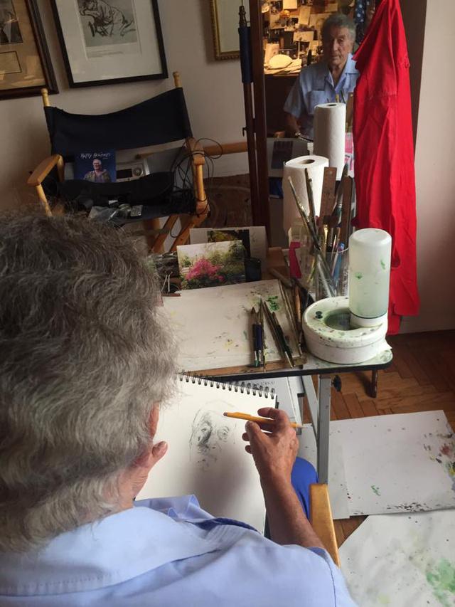 Tony Bennett néhány napja tette közzé a facebookon a képet, melyen épp egy önarcképet rajzol