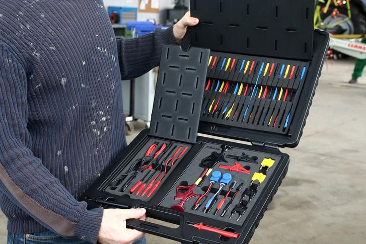 Takaros kis bőrönd, tele ügyes eszközökkel