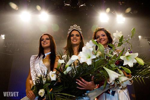 Sarka Kata a kép bal oldalán, a Miss Universe második helyezettjeként