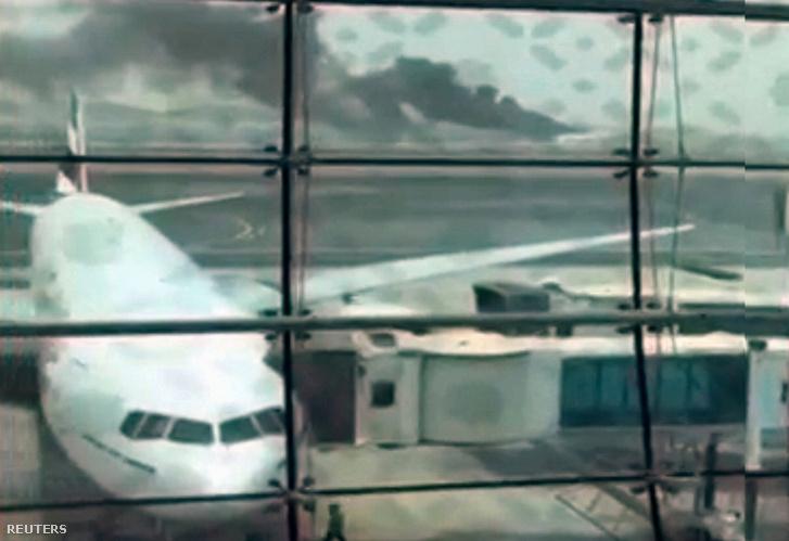 Videóból kivett képkocka a füstölő repülőgépről