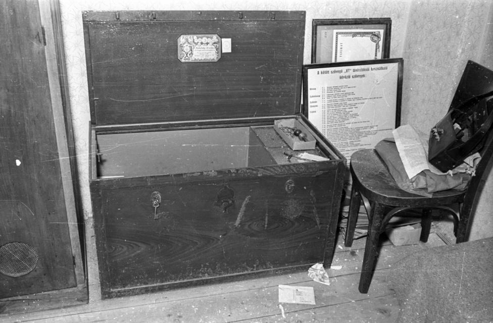 Hetekkel voltunk csak az '56-os forradalom előtt, amikor a padlóhoz erősített ládával együtt vitték el a pénzt a nagykarácsonyi postáról. A Postarablókban leírt eset éjszaka történt: a tettesek teljes sötétségben dolgoztak, a rablás előtt valahogy az egész faluban sikerült lekapcsolniuk a villanyt.