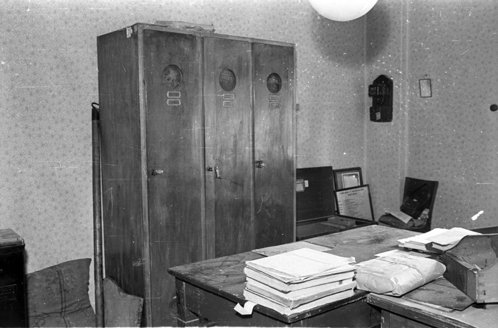 Ott voltak például a Kristály-testvérek, Tibor, János és István, aki az arcuk elé kötött tarka kendővel és pisztollyal három postát is kiraboltak, vagy legalábbis megpróbáltak kirabolni az ötvenes évek elején. Ők a zuglói rablógyilkossal ellentétben nem öltek embert, összességében inkább voltak pancserek, mint hidegvérű bűnözök. 1953. november 10-én, Tápiószecsőn még sikerrel jártak, onnan 15 ezer forintnyi zsákmánnyal léptek meg. De a második alkalommal, a budapesti Vadaskerti út 10. alatti postán már megfutamította őket a segítségért kiáltozó postavezető, harmadjára pedig a 13. kerületi Gyöngyösi úton a postán őrzött 60 ezer forintból mindössze 41-et kaparintottak meg, miután a dolgozó szembeszállt velük.