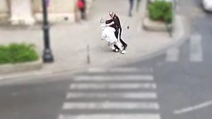 Van még egy videó a férfiról, aki menet közben vágott arcon egy járókelőt
