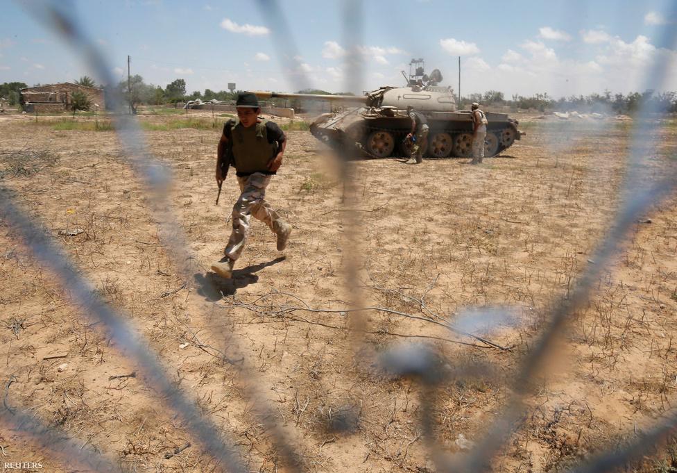 A katonák fedezéket keresnek egy T-55-ös tank mögött (az előtérben rohanó figura meg nem tudom, hogy akar elbújni). Mindkét oldalon szinte a múzeumokból vontatták ki a páncélosokat, melyek az alapvetően könnyű fegyverekkel vívott harcokban így is fordulatot jelenthetnek. Az amerikai gépek augusztus elején az Iszlám Állam állásainál is kiszúrtak, majd megsemmisítettek két T-72-es harckocsit.