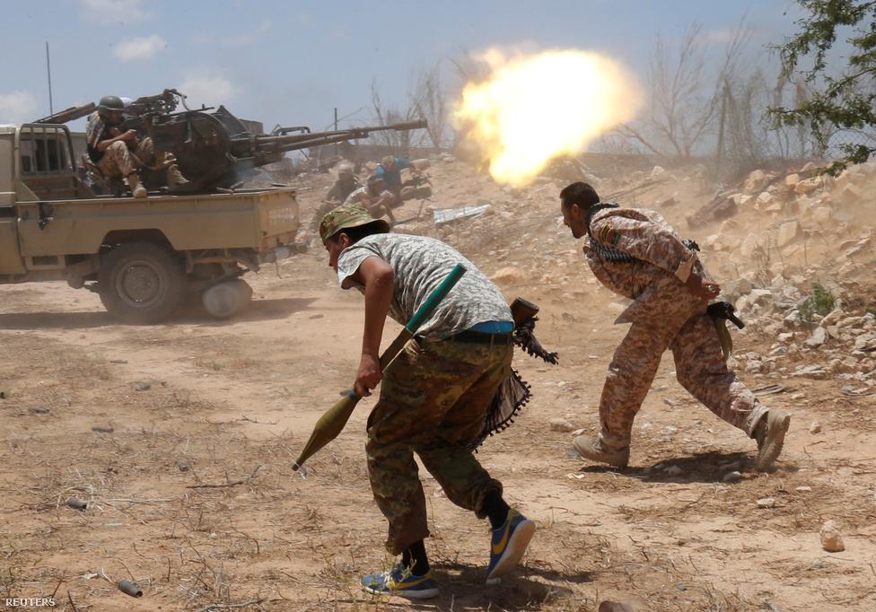 A harcosok a gépágyú zárótüzében iszkolnak vissza a frontvonalból; ott hagyhatták a rakétaindítót is, mert én csak az RPG-7 robbanófejét látom náluk.