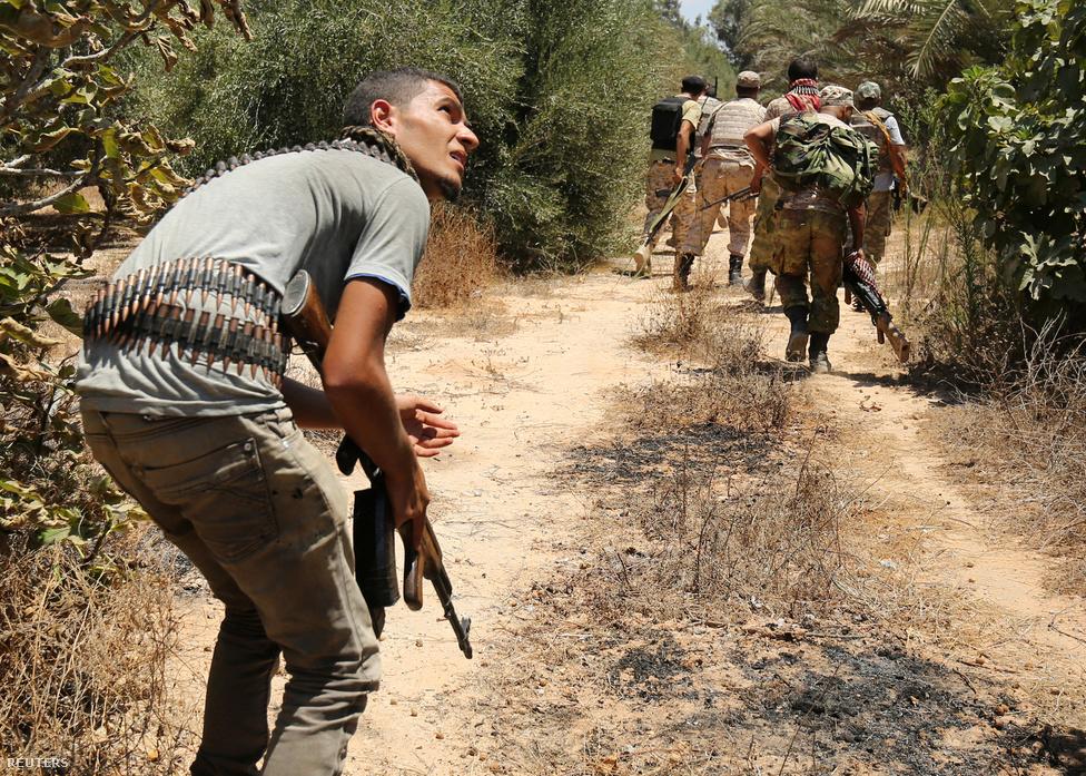 Ez a raj a bozótosban oson előre az IS állásai felé.