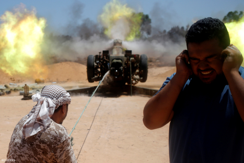 A Nemzeti Egyetértés Kormánya megengedheti magának a nehéztüzérség bevetését is, ugyanis nem fenyegeti az, hogy a lomha és a sivatagban nehezen álcázható eszközöket az IS lebombázza. Itt egy szovjet (itt minden szovjet) 122 milliméteres tarack csap zajt.