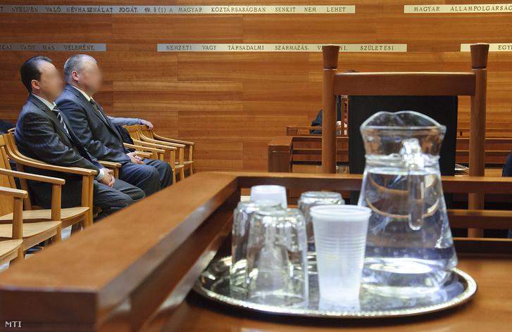 2012. január 11. Varga Zsolt negyedrendû vádlott (b) és Madzin Tibor másodrendû vádlott Onga polgármestere (j) a Debreceni Ítélõtábla tárgyalótermében. Új eljárásra kötelezte a Borsod-Abaúj-Zemplén Megyei Bíróságot határozatában a Debreceni Ítélõtábla az ITC-székház tervezett értékesítésével kapcsolatos büntetõügyben amelynek elsõrendû vádlottja Gergely Zsolt a Borsod megyei közgyûlés volt fideszes alelnöke.