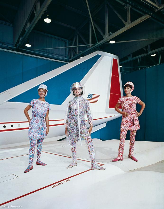 Ezekben a hacukákba öltöztette a már említett Pucci a Braniff-stewardesseket a hetvenes években. És ez akkor nagyon menőnek számított. A mai divat inkább visszafogott, funkcionális, kihívó, merész egyenruháknak nyoma sincs.
