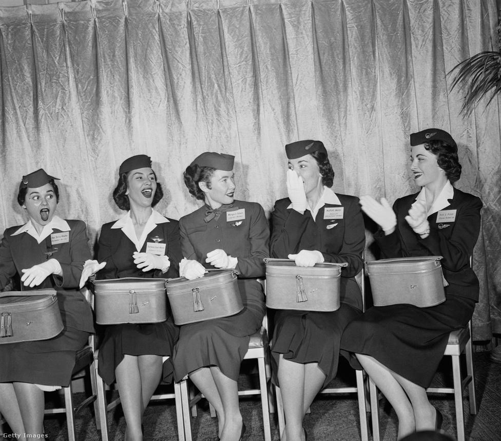 A légikisasszonyok első szépségversenyét 1958-ban rendezték. A Miss Skyway címet a dallasi Muffett Webb, a Brainiff International Airways alkalmazottja kapta meg, a képen ő balról a harmadik. A versenyt a légikísérők szakszervezete szervezte. Jelenleg az Air France légikisasszonyait tartják a legszebbnek, amivel a cég minden bizonnyal a turista osztályuk minősíthetetlen ellátását, a szokásosnál is szűkebb lábterét és a DeGaulle lehangoló, lélekölő miliőjét igyekeznek kompenzálni.
