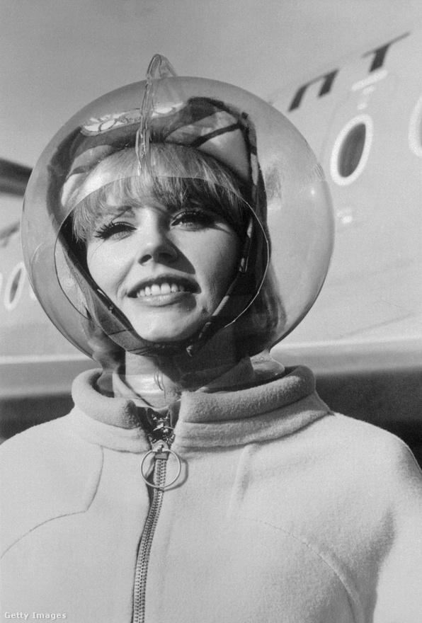 A sugárhajtású gépek megjelenésével a légikisasszonyok ruhatára is megváltozott, és egy ideig leginkább az őrület tobzódása jellemezte az egyenruhákat. A képen a Braniff Airlines egy stewardesse látható a Emilio Pucci tervezte futurisztikus maskarában, a feje körül átlátszó plexibúrával, mert miért is ne.
