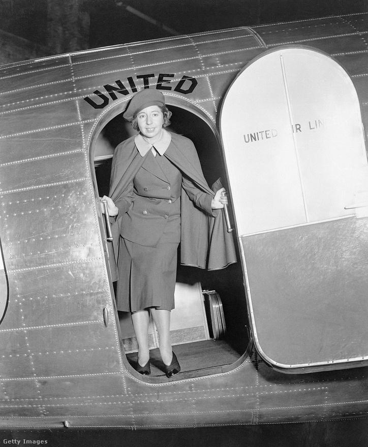 Ellen E. Church hadnagy számít hivatalosan is a világ első légi utaskísérőjének, 1930 májusában került a United Airlines alkalmazásába. Életem első repülőútjára 1980-ban, tízévesen került sor, egy Malév TU-134-es fedélzetén, ami akkor, nekem, a high-tech csúcsát jelentette. És volt dohányzó szakasz is, ami ugye ma már értelmezhetetlen.