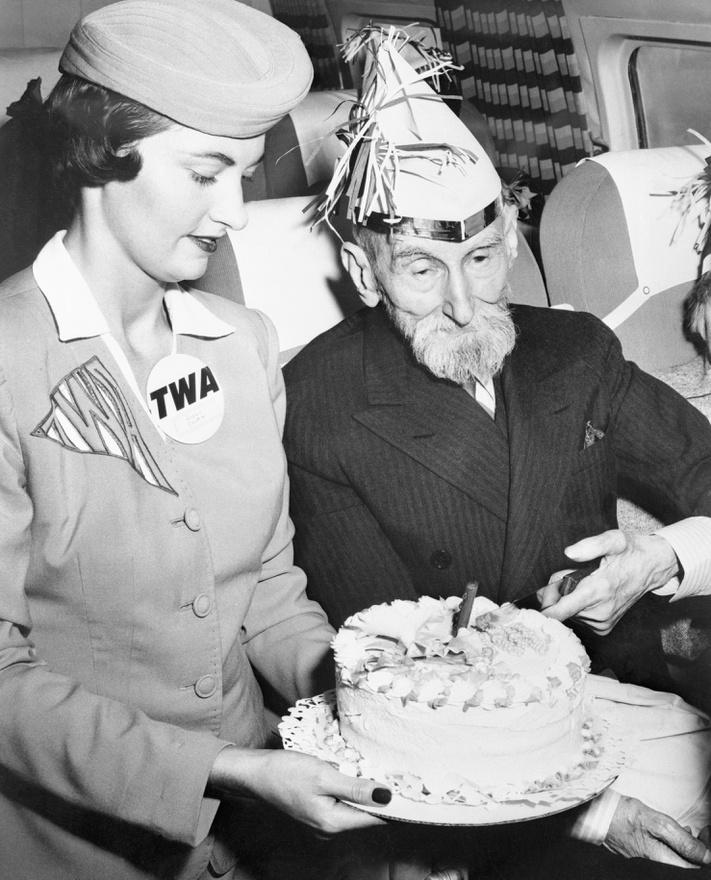 Suzy Smith, a TWA egyik legendás stewardesse Ward Elmore ezredes társaságában, aki élete első repülőútjára indult a társaság San Franciscóban átadott, 15 millió dollárból felépített termináljából 1958 augusztusában. Ez volt a TWA első járata, ami innen szállt fel, az ezredes, aki a gépen ünnepelte 100. születésnapját, nagyon élvezte az utat. A hosszú élet titkáról azt mondta, hogy sokat énekelt, és amikor énekelt, mindig ivott hozzá, ami segített. Sajnos soha nem utaztam TWA-járatal, de az egyik Párizs-Lagos úton én is kaptam tortát, 12 éves voltam. Mondom, az UTA pompás légitársaság volt.