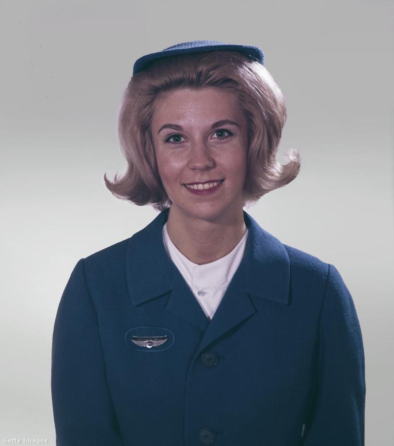 Mosoly, kis kalap/sapka, jelvény. 1965-ben így nézett ki egy stewardess. Azt tudták, hogy a mai Hollywoodi A-lista egyik legkeresettebb színésznője, Margot Robbie egy Pan Am című, bukott tévésorozatban alakított kémkedéssel (is) megbízott légin utaskísérőt? Pedig de.