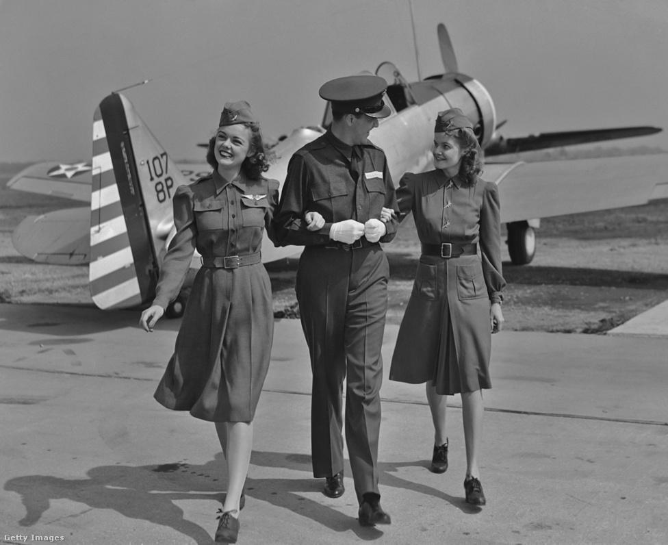 A férfiak meglepően régóta, már a negyvenes évektől kezdve dolgoztak légikísérőként. Én először viszonylag későn, egy 1992-es utamon találkoztam férfi utaskísérővel, egy Alitalia-gépen az USA-ba menet. Jó arc volt, mert megengedte, hogy egy üres sorba lefeküdjek, mondjuk kegyetlenül másnapos voltam, és hamuszürke arccal dohányoztam a folyosó melletti széken - azt hiszem látta rajtam, hogy jobb, ha lefekszem. Manapság ezt nem szívesen engedik, mondjuk az is ritka, hogy egy gép ne legyen tele.