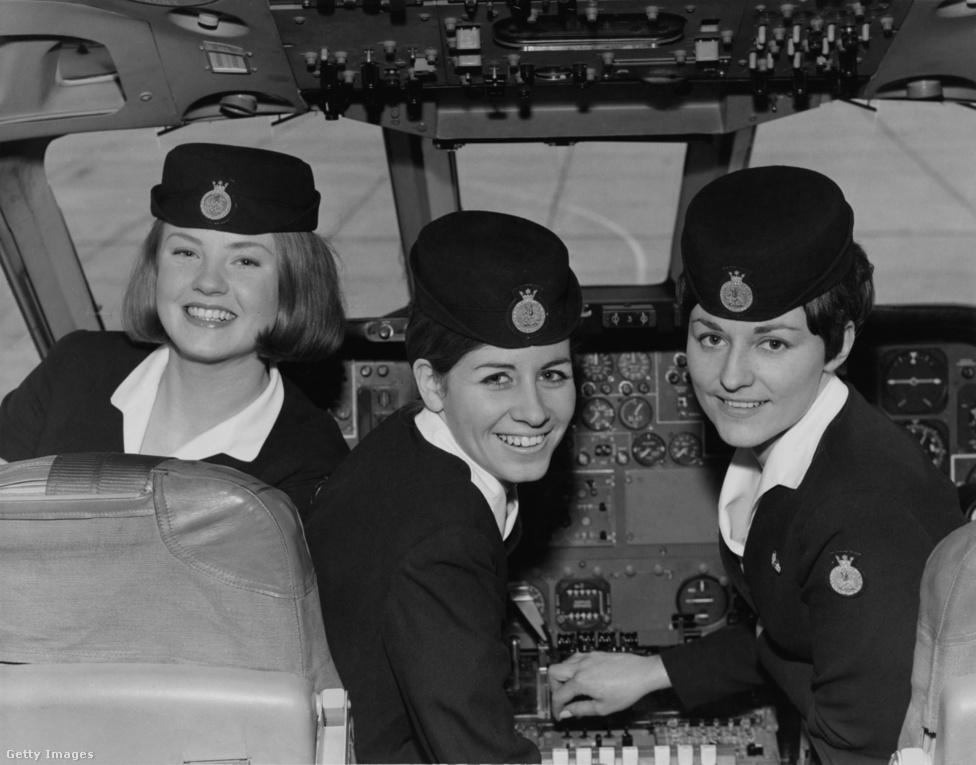 Már 1965-ben is nagy divatja volt a sapkáknak, amiket a légikisasszonyok a mai napig hordanak. Jó, nem minden légitársaságnál, és a férfiak nem kapnak, amit egyébként rettenetesen sajnálunk. A nyolcvanas-kilencvenes években rendszeresen be lehetett ülni a pilótafülkébe, és mozizni, ami gyerekként rémesen izgalmas volt. El is döntöttem, hogy pilóta leszek, aztán ez annyiban maradt sajnos, Debrecenben nem volt nagy keletje a szakmának.