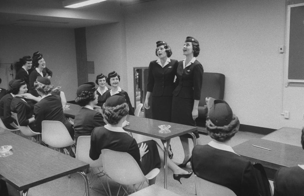 Az American Airlines stewardessei a cég főiskoláján, diplomaosztó előtt. A fapados légitársaságok megjelenése előtt ennek a szakmának sokkal nagyobb megbecsülése volt, mint most - az összes utasszívató rendelkezés hatása rajtuk csapódik le.