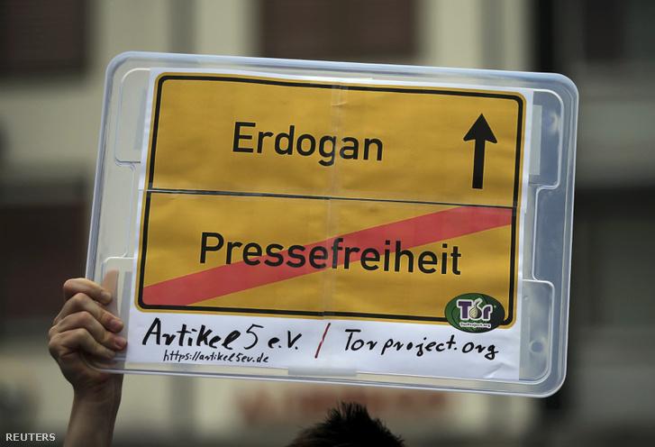 Erdogan-ellenes tüntető Kölnben július 31-én. A sajtószabadság eltiprása sem férhet meg az európai értékekkel.
