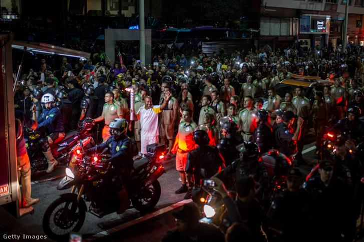 Komoly rendőri kíséret mellett haladt át az olimpiai láng a riói utcákon éjjel