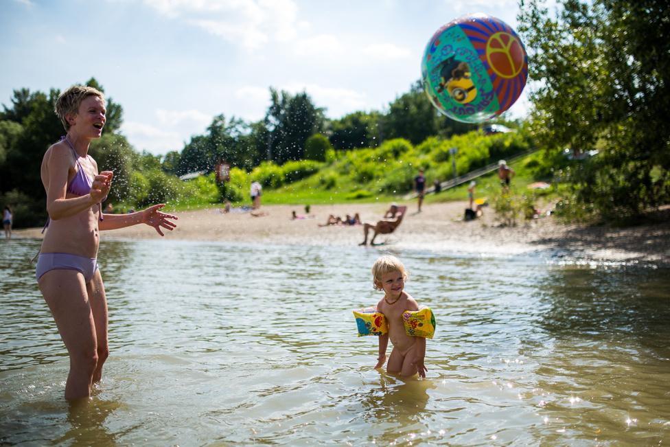 Játszótér a horányi strandon sajnos nincs, két büfé van a parttól 50 méterre.