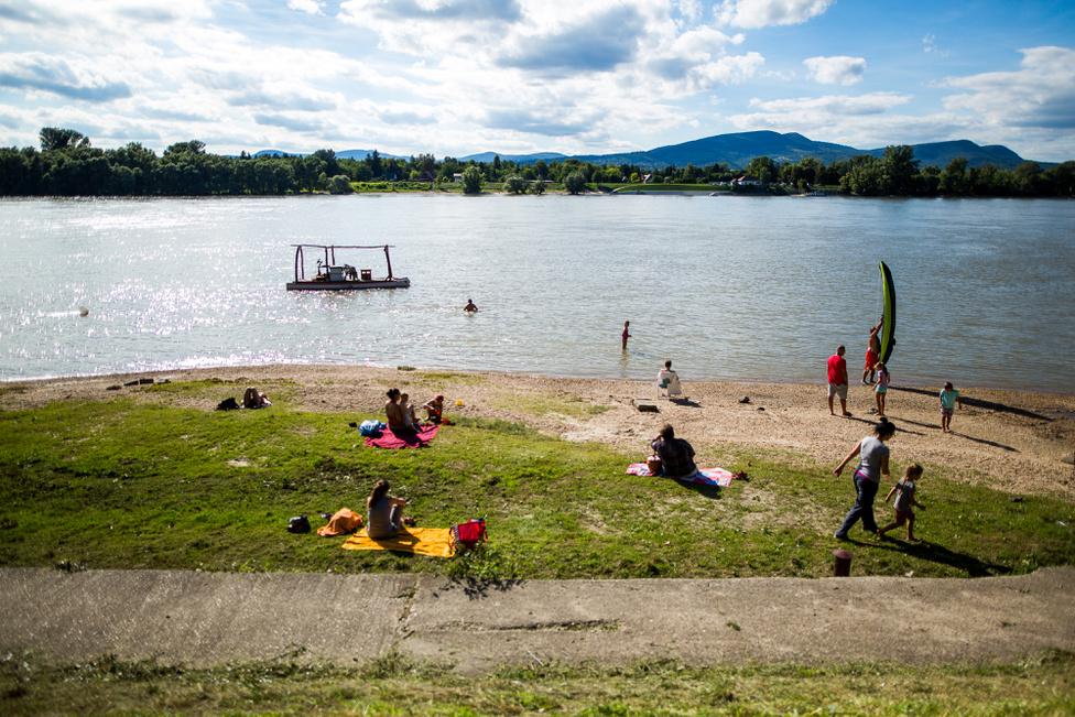 Az alsógödi strand körülbelül 150 méter hosszú. Szabadtéri zuhany, öltözőfülke és büfé is van.