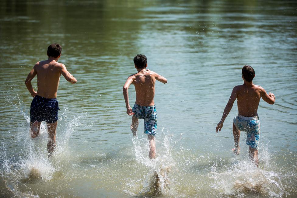 A 150 méteres szentendrei partszakasz vegyesen füves és homokos, szinte végig árnyékos, könnyű a lejutás a vízhez.