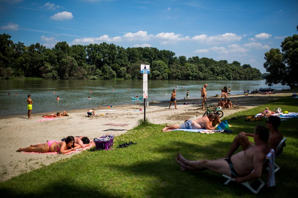 A dunabogdányi strand kiemelkedően tiszta és rendezett a dunai strandok között. 250 méter hosszan nyúlik el a folyóparton, hatalmas füves területekkel.