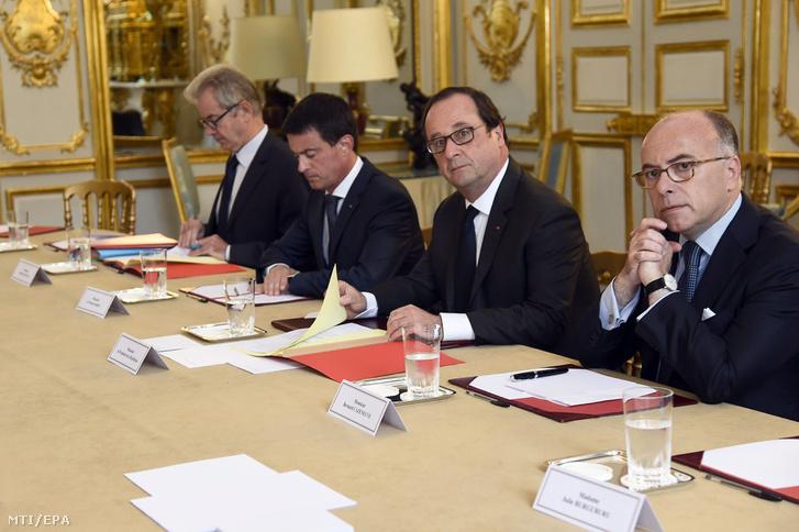 Francois Hollande francia elnök (j2) Bernard Cazeuneuve francia belügyminiszter (j) és Manuel Valls francia kormányfő (j3) vallási felekezetek képviselőivel tárgyalnak az Elysée-palotában Párizsban 2016. július 27-én egy nappal a saint-etienne-du-rouvrayi katolikus templomban elkövetett támadás után.