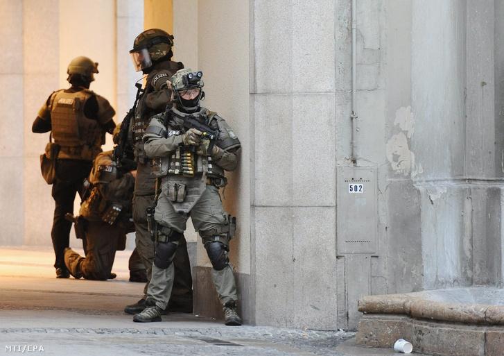 Különleges rendőri alakulat tagjai biztosítják a müncheni Stachus szálloda épületét a város olimpiai parkjában található Olympia bevásárlóközpontban történt lövöldözés után 2016. július 22-én.
