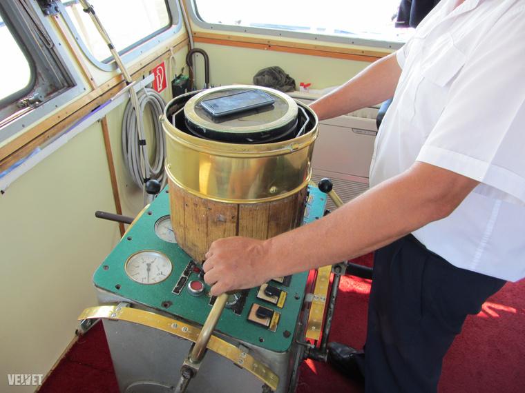 Ezzel a három karral irányítja a kapitány a hajót