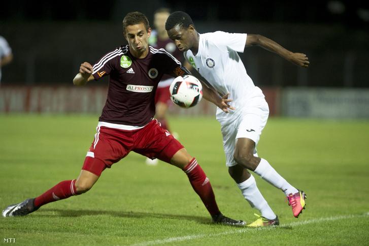Az angyalföldi Szivacski Donát (b) és az újpesti Souleymane Diarra a labdarúgó OTP Bank Liga 4. fordulójában játszott Vasas FC - Újpest FC mérkőzésen