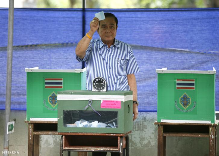 Prajuth Csan-ocsa thaiföldi miniszterelnök szavazata leadása előtt egy szavazóhelyiségben az új alkotmányról tartott népszavazáson Bangkokban 2016. augusztus 7-én.