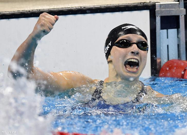 Az amerikai Katie Ledecky miután új világcsúccsal megnyerte a 2016-os riói nyári olimpia női 400 méteres gyorsúszás versenyszámának döntőjét