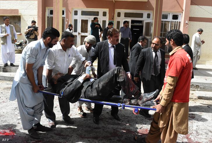 Sérültet mentenek a bombatámadást ért kórházból a pakisztáni Quettában, 2016. augusztus 8-án.