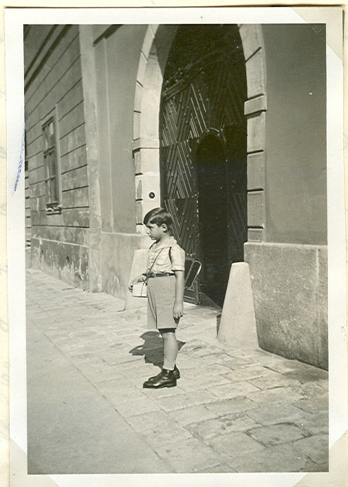 A kis Zwack Péter éppen iskolába indul az Úri utcai házukból