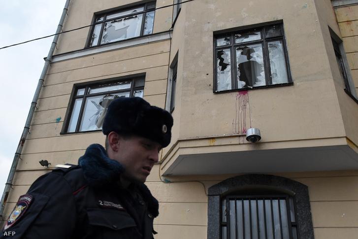 Orosz rendőr őrzi a moszkvai török nagykövetség épületét, aminek az ablakát betörték 2015. november 25-én.