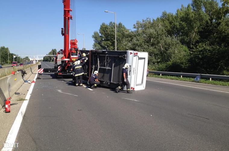 A baleset a Kőérberki út után történt, és a mentés idejére csak egy sávon haladhatott a forgalom,