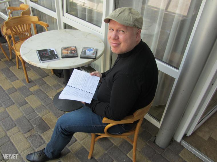 Valent Gábor az oktatóanyagokkal