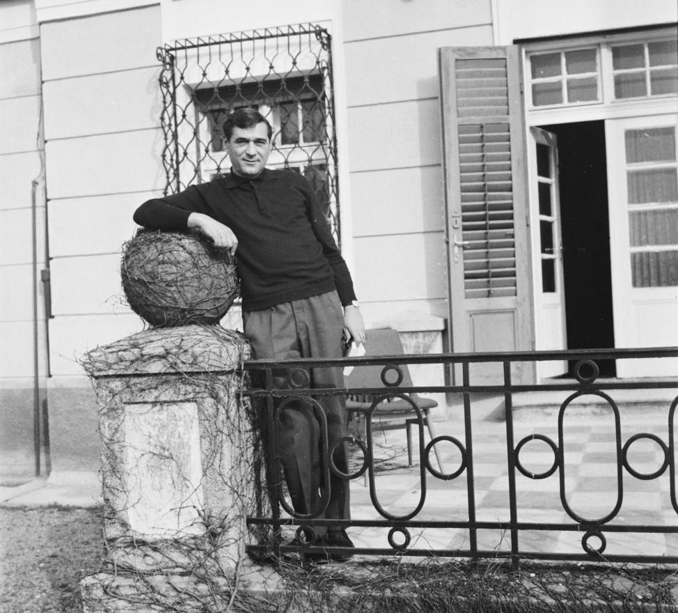 """Somlyó György költő apja mesterségét folytatta, bár Somlyó Zoltán ezzel az útravalóval indította útnak 15 éves fiát: """"azt mondta, akkor sem örülne annak, hogy költő akarok lenni, ha a versek jók volnának, de ezek szerencsére rosszak."""" Ezért is váltott műfordításra, elsősorban franciából, de később a versek mellett írt esszéket és regényt is.A hatvanas években Somlyó franciás eleganciája csaknem nemzetbiztonsági kockázatot jelentett, legalábbis az egyik, Szigligetről jelentő ügynök kifejezetten felhívja erre főnökei figyelmét: """"import köntöst és színes selyemsálat viselve, elegáns mosollyal döngicsél a kiszemelt áldozat körül."""""""
