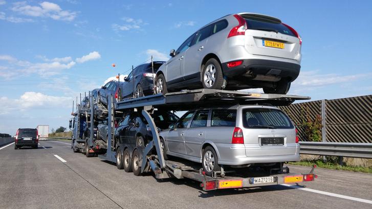 Nagy vándorlás zajlik az európai autópályákon. Régi és kevésbé régi autók vándorolnak nyugatról, keletre. Nincs kevés jó autó, ide mégis sok vacak érkezik. Ez nem a kínálat, hanem a kereskedők hibája