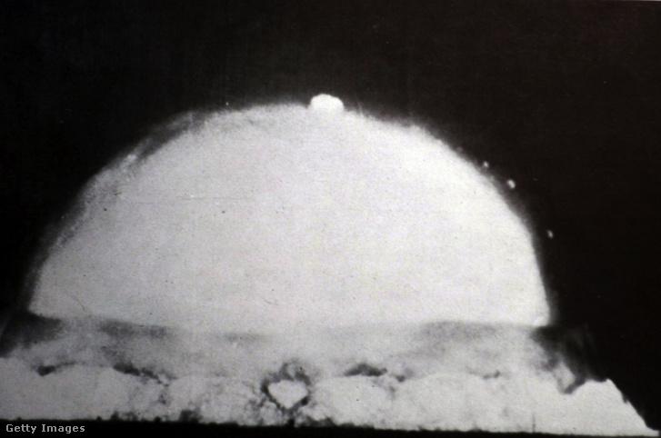 az első kísérleti atomrobbantás, a Trinity teszt 1945. július 16-án, Új-Mexikóban