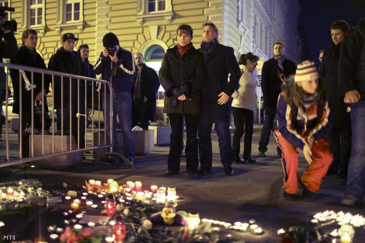 Orbán Viktor miniszterelnök és felesége Lévai Anikó állnak a Nyugati téren gyertyát gyújtottak a West Balkán diszkóban történt tragédia áldozataira emlékezve, 2011. január 16-án.
