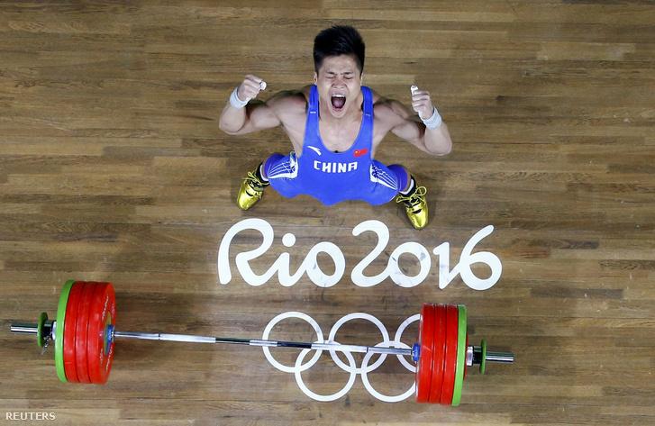 Lü Hsziao-jun a testsúlyánál 100 kilóval többet emelt szakításban.