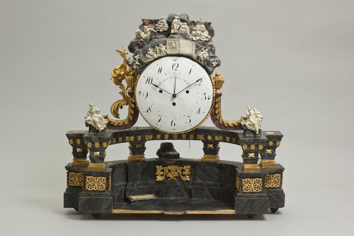 Madarászné Gorej Judit a 19. század első feléből, Miskolcról származó oszlopos álló órát restaurált