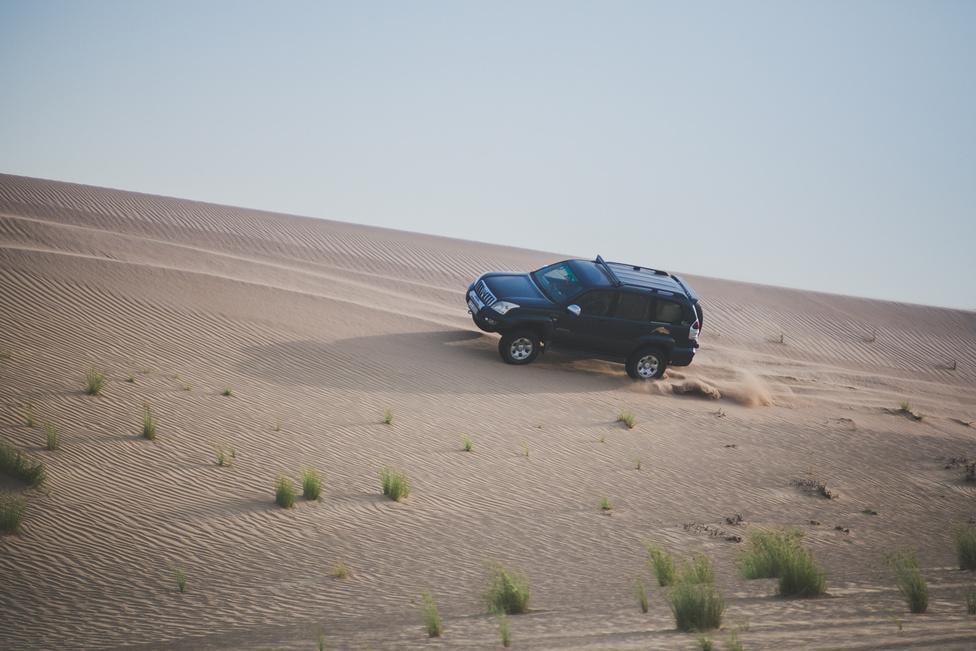 A Prado rászolgált a felboríthatatlan jelzőre, hisz volt, amikor két keréken kergette Murly, mindezt egy homokdomb oldalán, nem kis sebességgel.