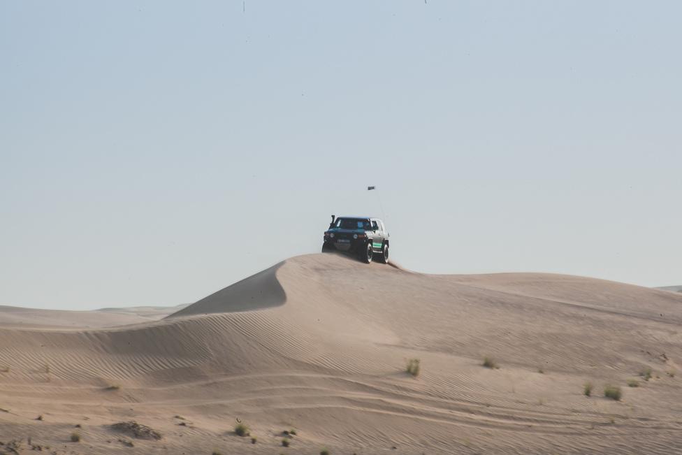 Az egyik legnehezbb feladat gerincen autózni, többek között mert a más a tapadás a két oldalon. Ahol szélirányban van, ott sokkal puhább a homok, mint a másik oldalon. Végig meg kell tartani a lendületet, mert ha elakad, nagyon nehéz leszedni a gerincről, és akkor is oda kell figyelni, mert könnyű felborulni, és akkor a pörgés meg sem áll a domb aljáig.