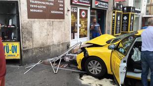 Trafik falának csapódott egy taxi a Vígszínháznál