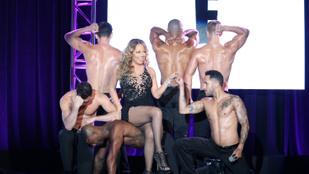 Mariah Carey vitt egy kis hátizmot a megbeszélésre