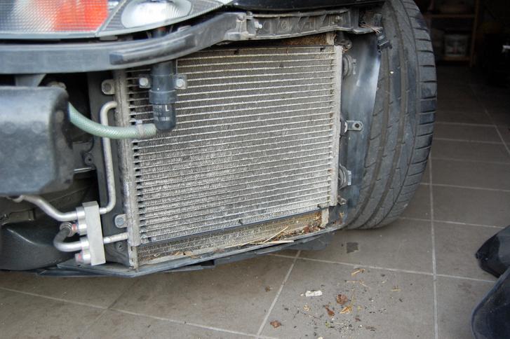 Oldalt helyezkedik el elöl a kétszer két hűtő, mögöttük ventillátor